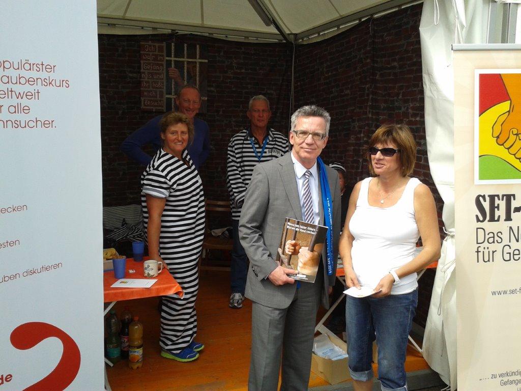 Innenminister Thomas de Maizière besucht den Stand von SET-FREE und berichtet von seiner Zeit als Justizminister in Sachsen